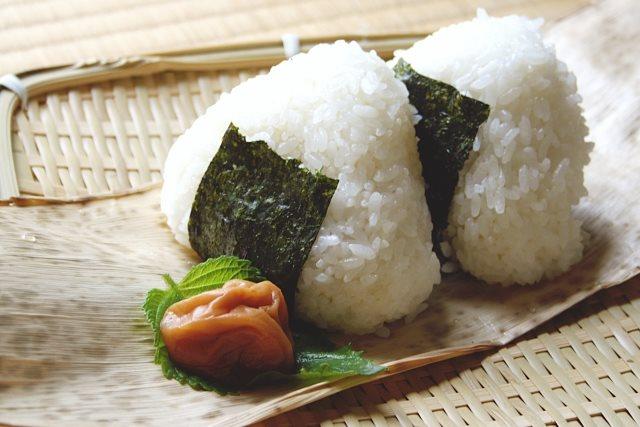 美味しいおにぎりには岩塩がぴったり!なぜ岩塩はおにぎりと相性がいいのか?